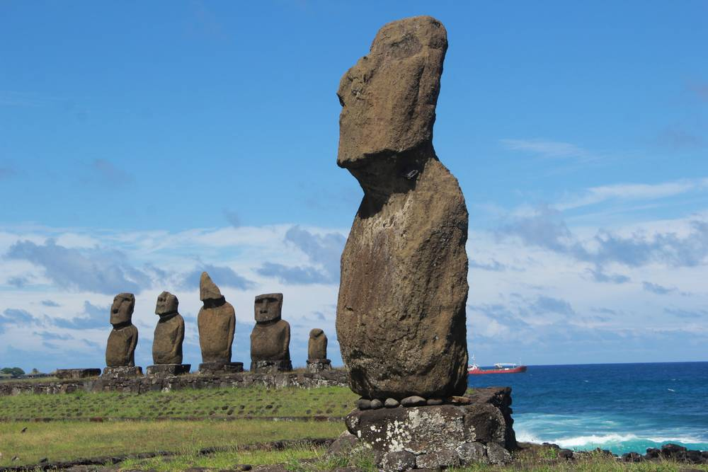 каменные шляпы на статуях острова Пасхи