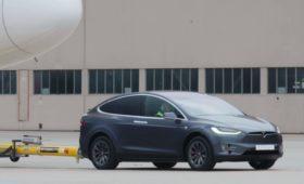 Кроссовер Tesla стал буксиром самолетов
